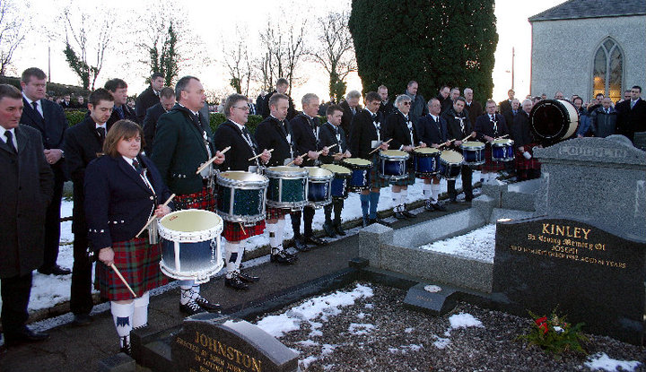 A Drum Salute under the direction of Gordon Brown was given at the graveside and 12 of the most famous Drummers in the world played as a respect to Sam. The players were deeply honoured to have been asked to do this in memory of their dear friend.