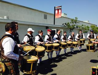 Glasgow Skye PB for this great photo of the guys on their recent trip to California, playing LA Scots Drums.